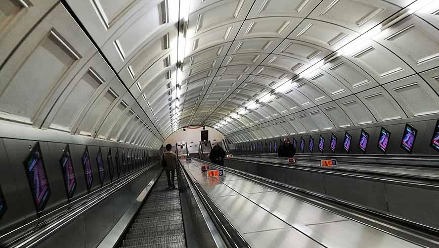 На эскалаторе в метро