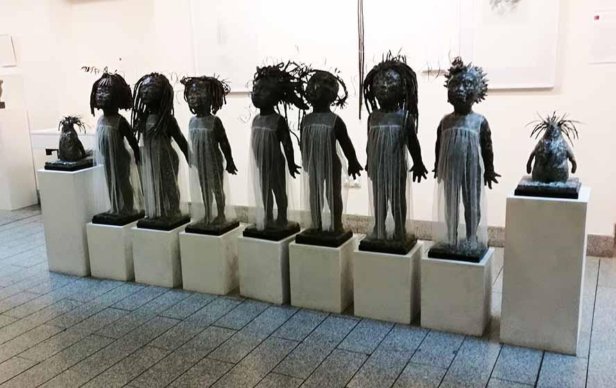 Семеро девочек в прозрачных халатиках